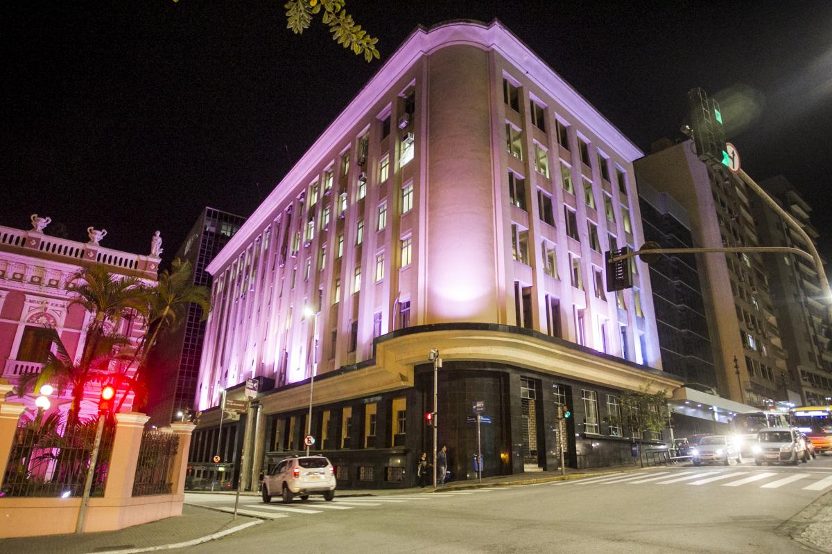 Sede da prefeitura iluminada em apoio ao movimento - Marco Santiago/ND