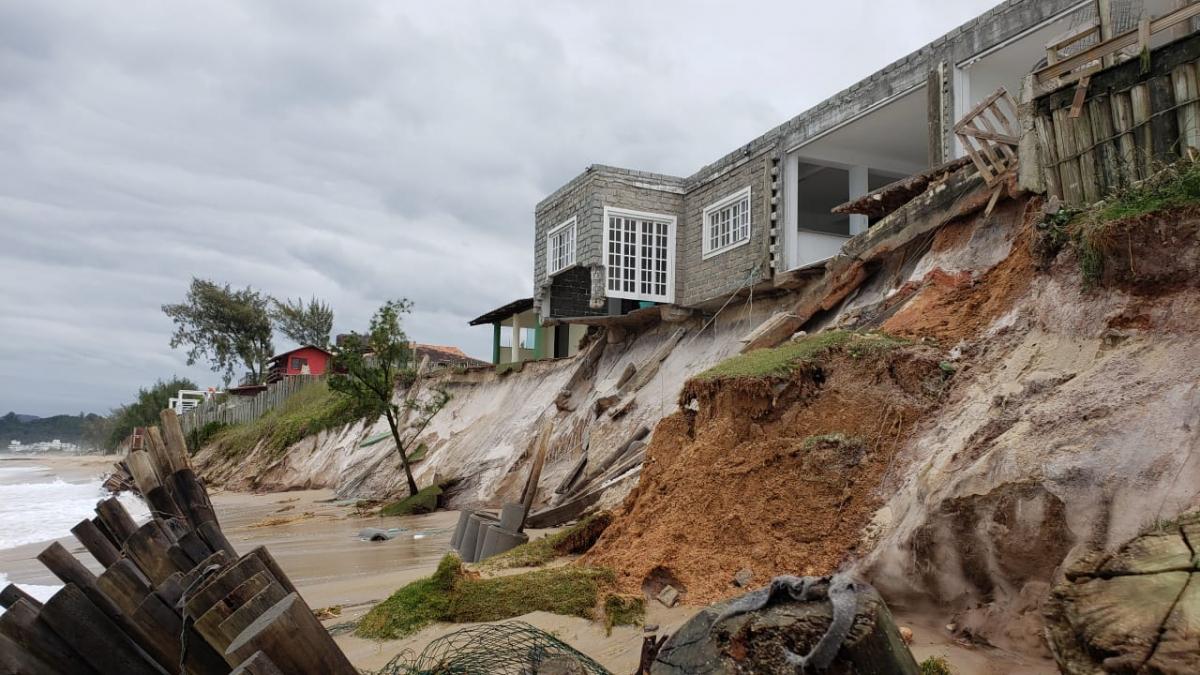 Casas tiveram estrutura comprometida por causa da força das ondas - Eduardo de Zorzi/Divulgação