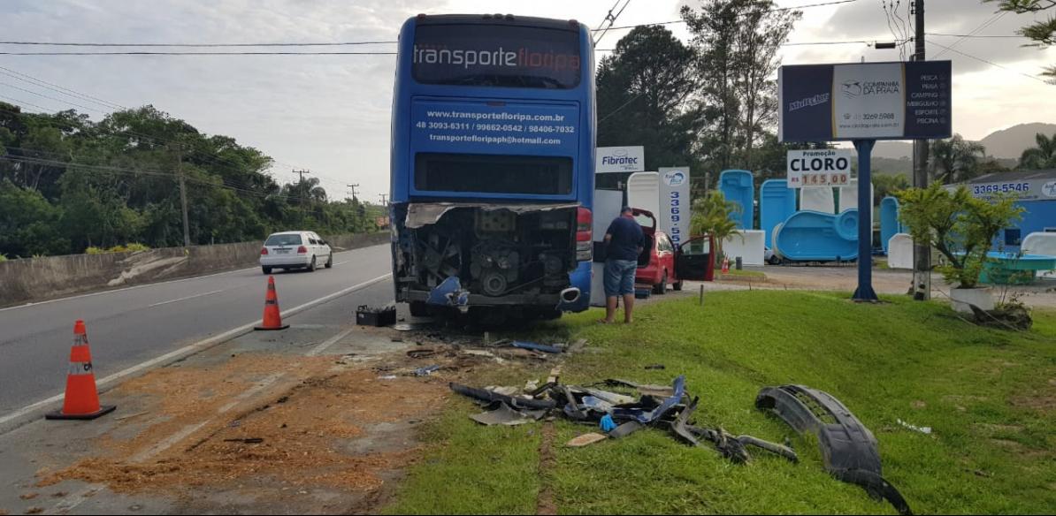 Carro colidiu com ônibus que estava parado na marginal da SC-401; dois morreram - Paulo Mueller/RICTV/ND