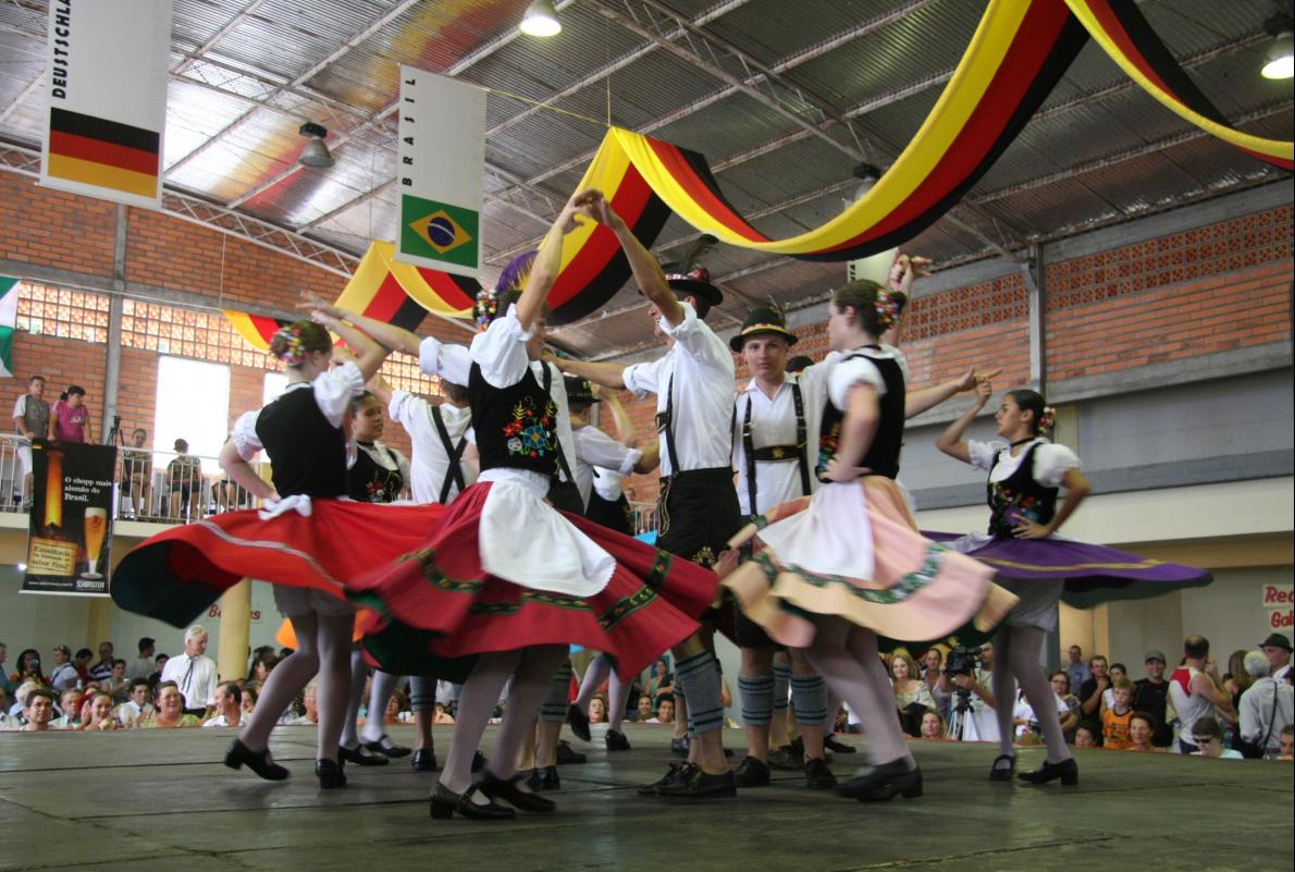 Grupo de danças típicas, em apresentação especial em São Pedro de Alcântara - Divulgação PMSPA