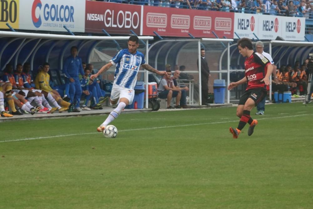 Renato (D) marcou o gol do Avaí no empate com o Oeste - Foto Frederico Tadeu/Avaí/ND