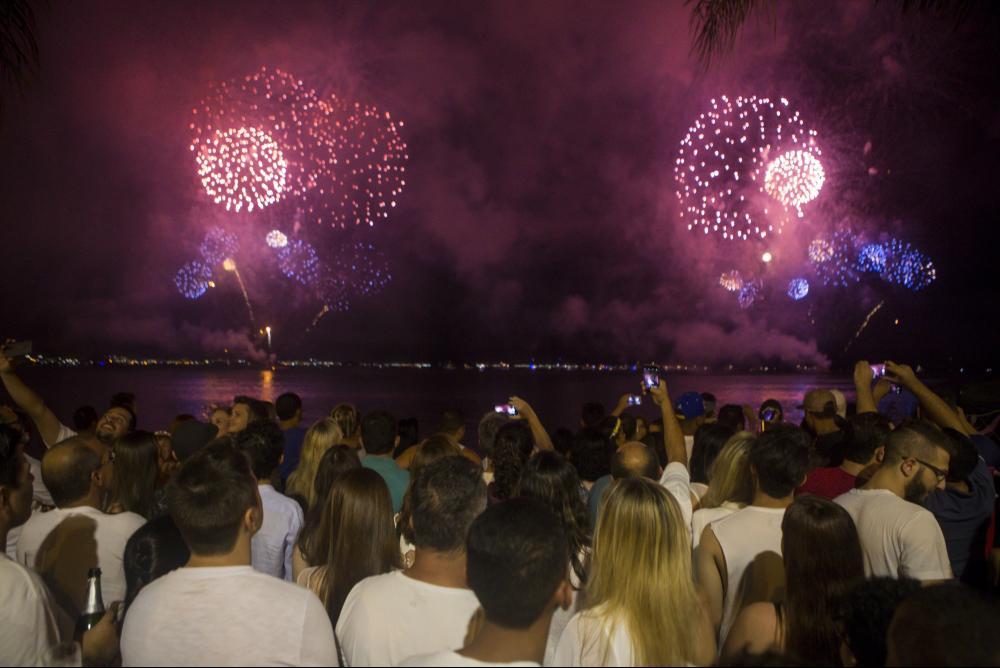 Público na Beira-Mar Norte no show de luzes do Réveillon - Flávio Tin/ND