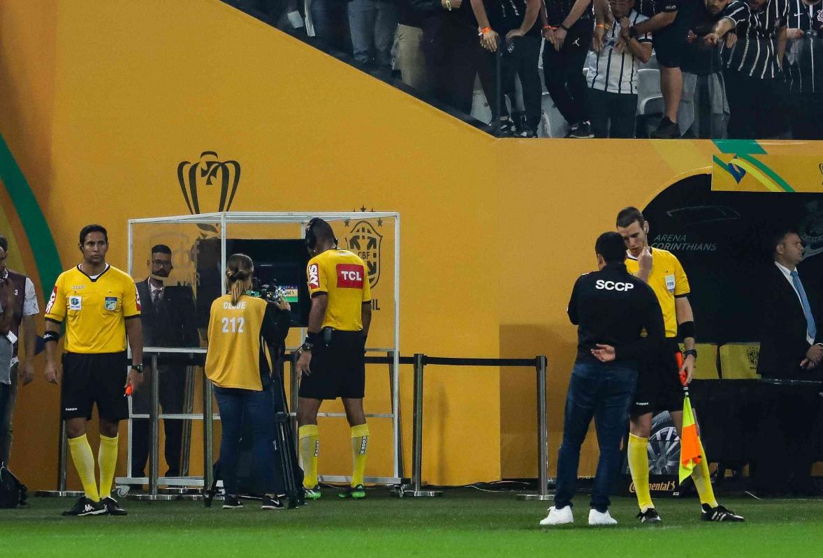 Árbitro Wagner do Nascimento consulta o VAR na final da Copa do Brasil, entre Corinthians e Cruzeiro - Folhapress