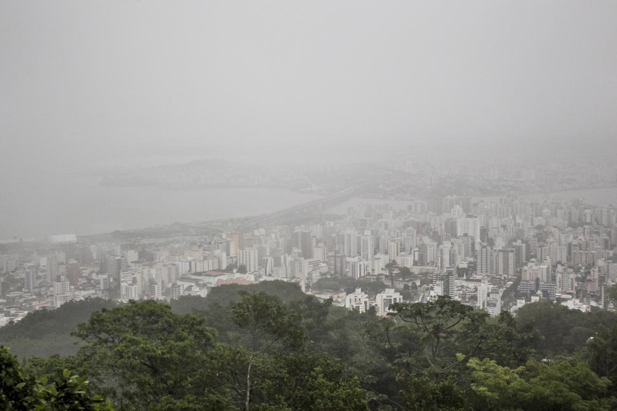 Tempo ficou fechado durante esta sexta-feira, em Florianópolis - Marco Santiago/ND