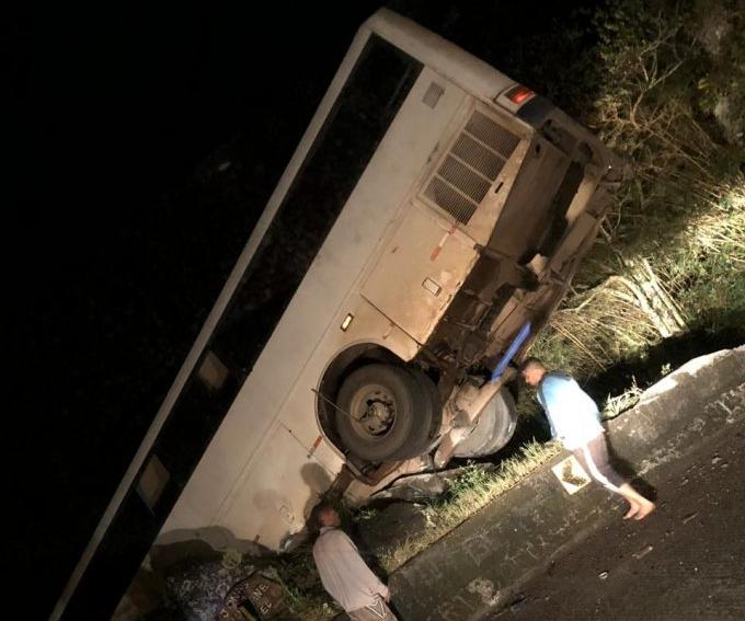 Ônibus ficou pendurado à beira de um penhasco na Serra do Rio do Rastro - Reprodução/RICTV Record