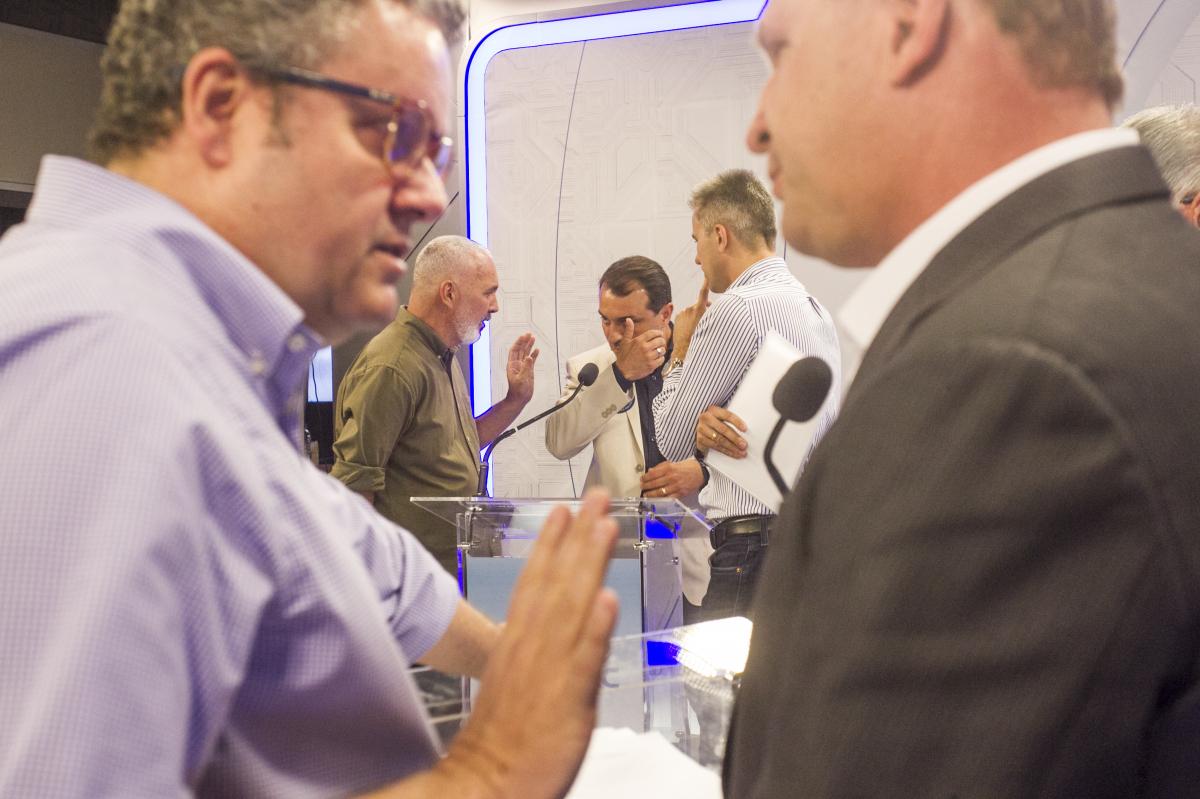 Gelson Merisio e Comandante Moisés receberam orientação de assessores durante intervalos - Marco Santiago/ND
