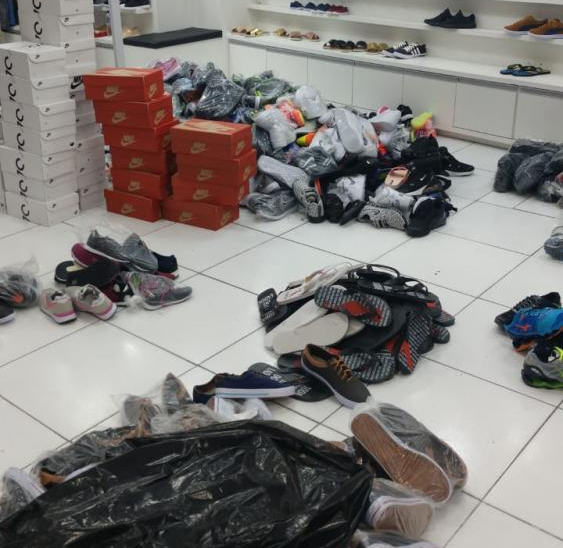 Cerca de 10 mil peças de vestuário e calçados foram apreendidas na Capital - PMF/Divulgação