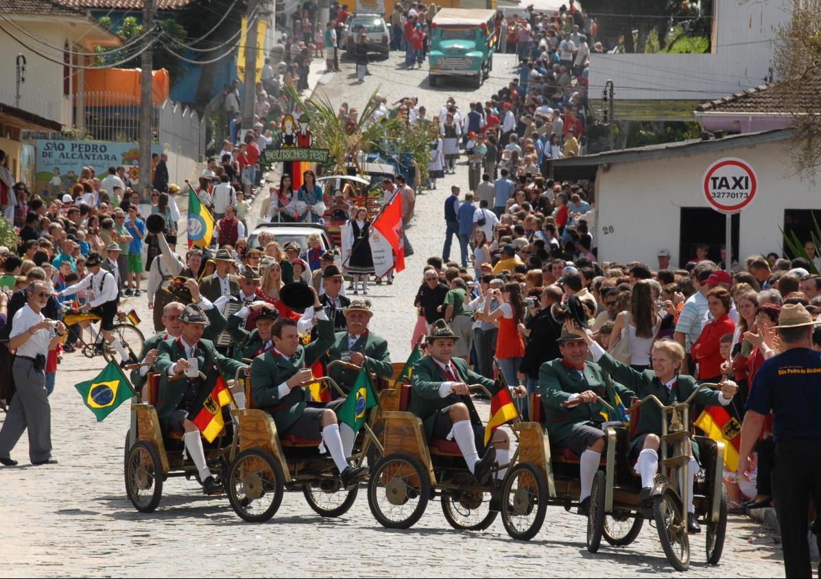 Performance cultural Brigue Luiza em desfile pelas ruas de São Pedro de Alcântara lembra os primeiros imigrantes - Divulgação Mário Milton Müller
