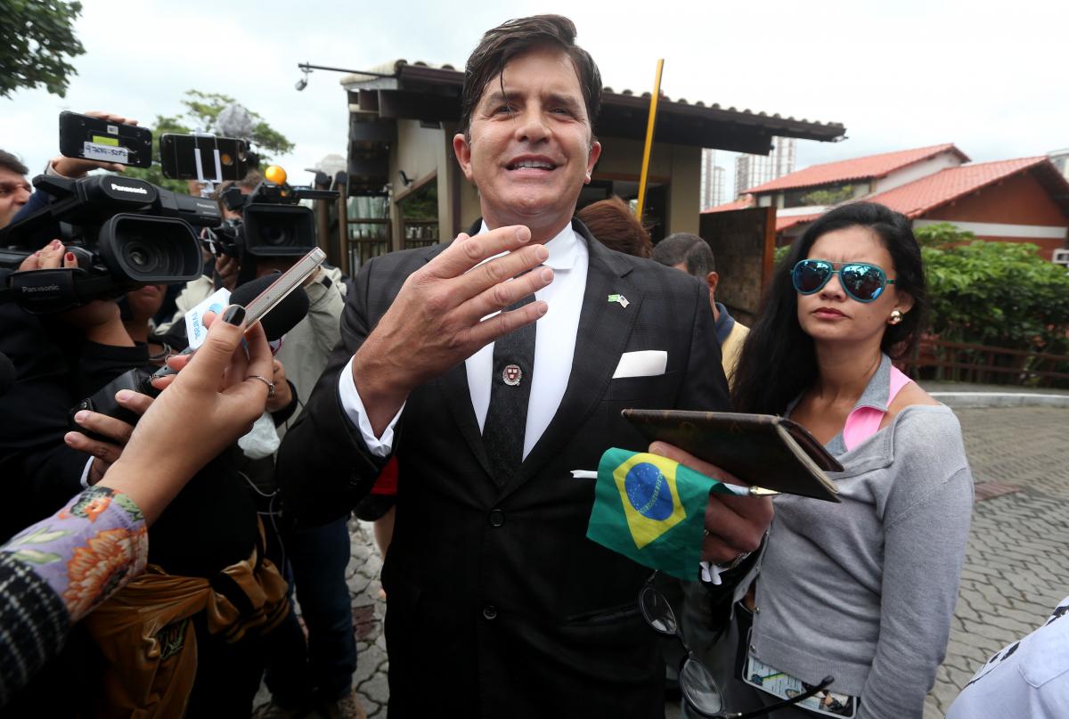 Robert Rey foi ao condomínio onde mora o presidente eleito Jair Bolsonaro, no Rio - FÁBIO MOTTA/ESTADÃO CONTEÚDO