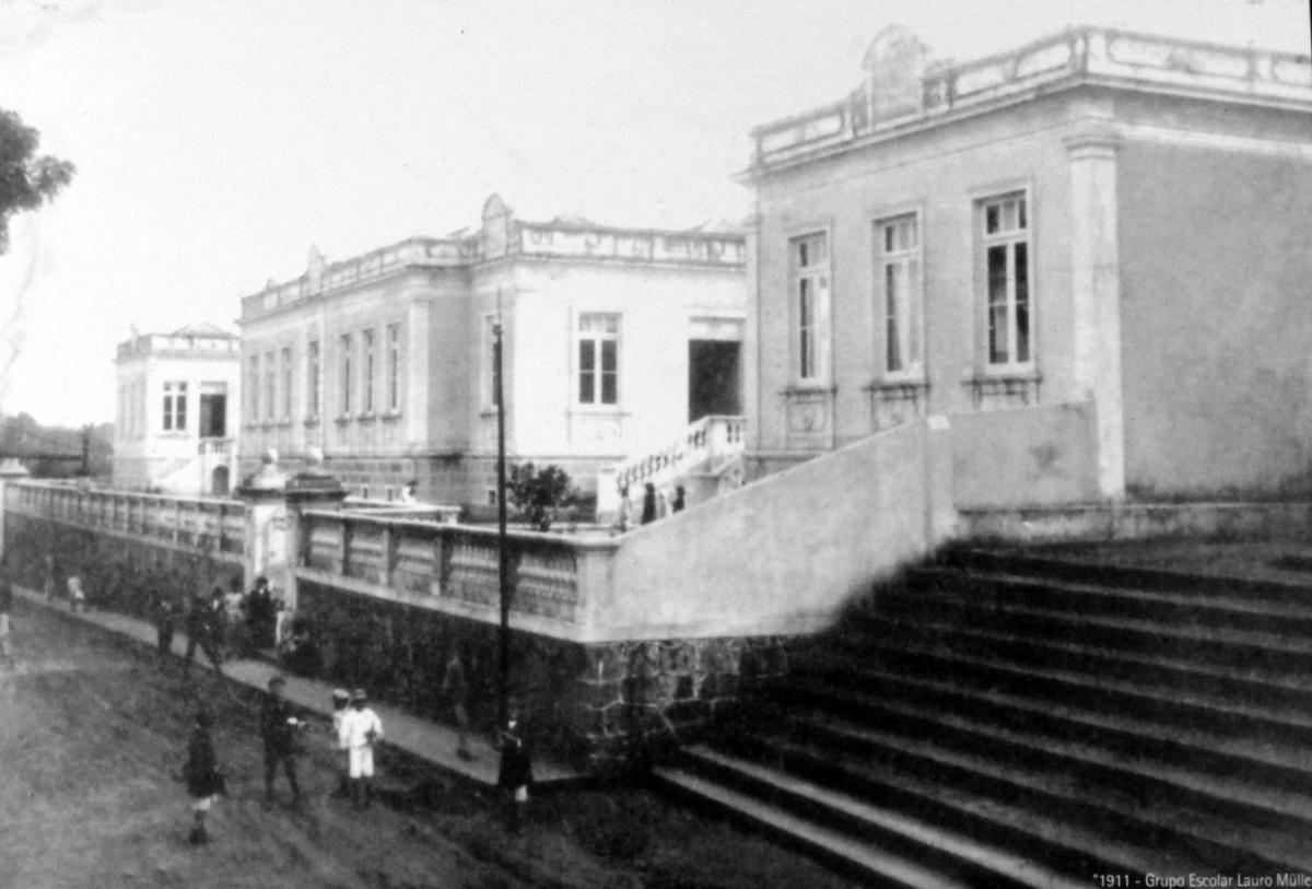 O Grupo Escolar Lauro Müller em registro de 1911: inauguração ocorreu um ano depois - Reprodução