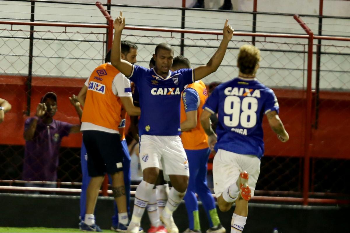 Rodrigão sai para comemorar após seu 7º gol na Série B - Carlos Costa/futurapress/estadão conteúdo/ND