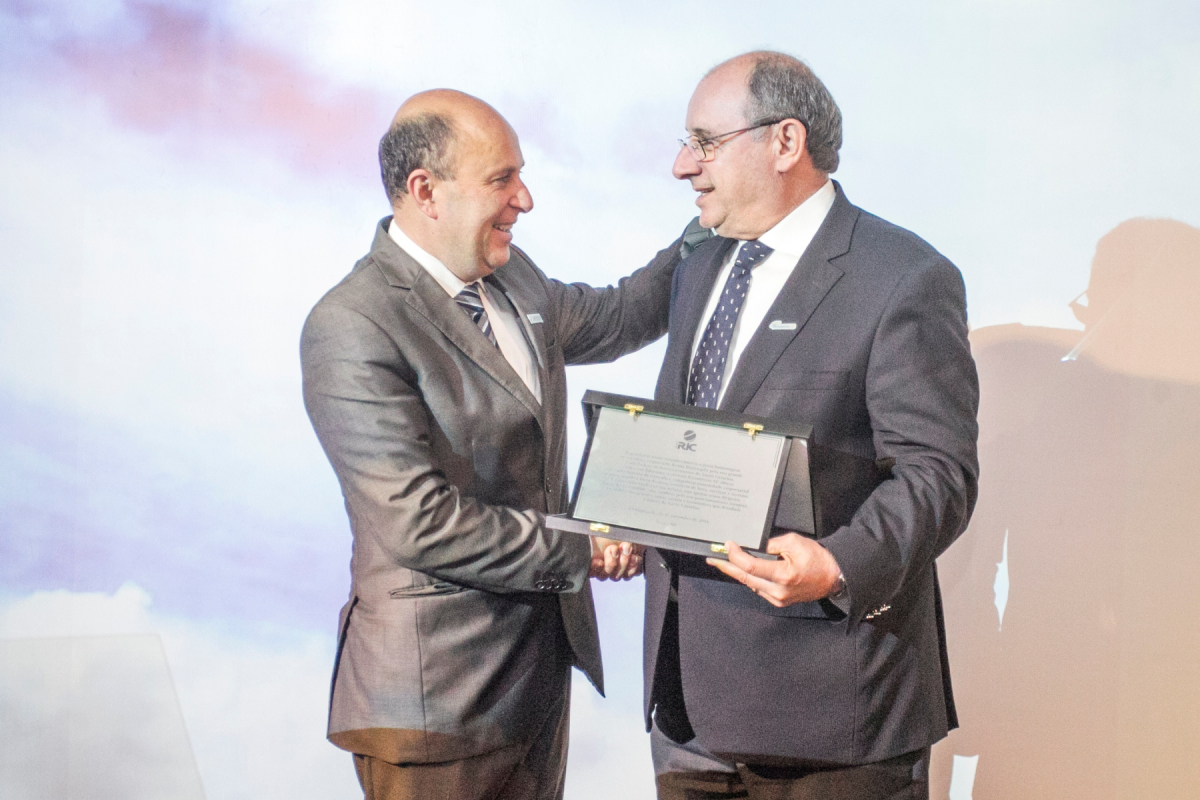 Presidente da Fecomércio SC, Bruno Breithaupt, foi um dos homenageados da noite. Na foto, ele recebe uma placa das mãos de Marcello Petrelli - Marco Santiago/ND