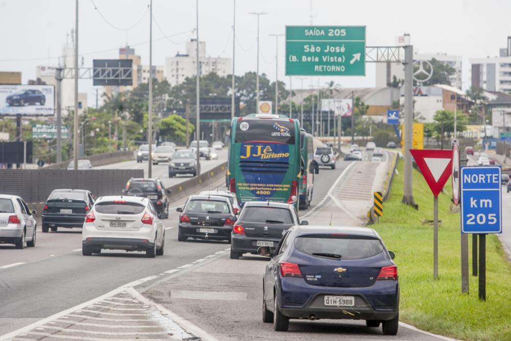 Motoristas pegaram a estrada mais cedo diante do domingo chuvoso - Foto: Flavio Tin/ND