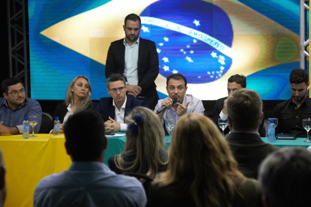Sentados: Ricardo Alba, Daniela Reinehr, Lucas Esmeraldino e Carlos Moisés - Divulgação/ND