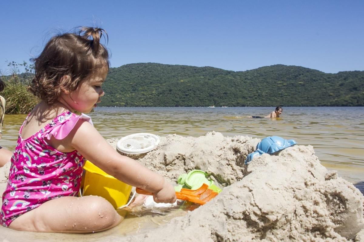 A pequena Júlia brinca com a família na Lagoa do Peri - Marco Santiago/ND