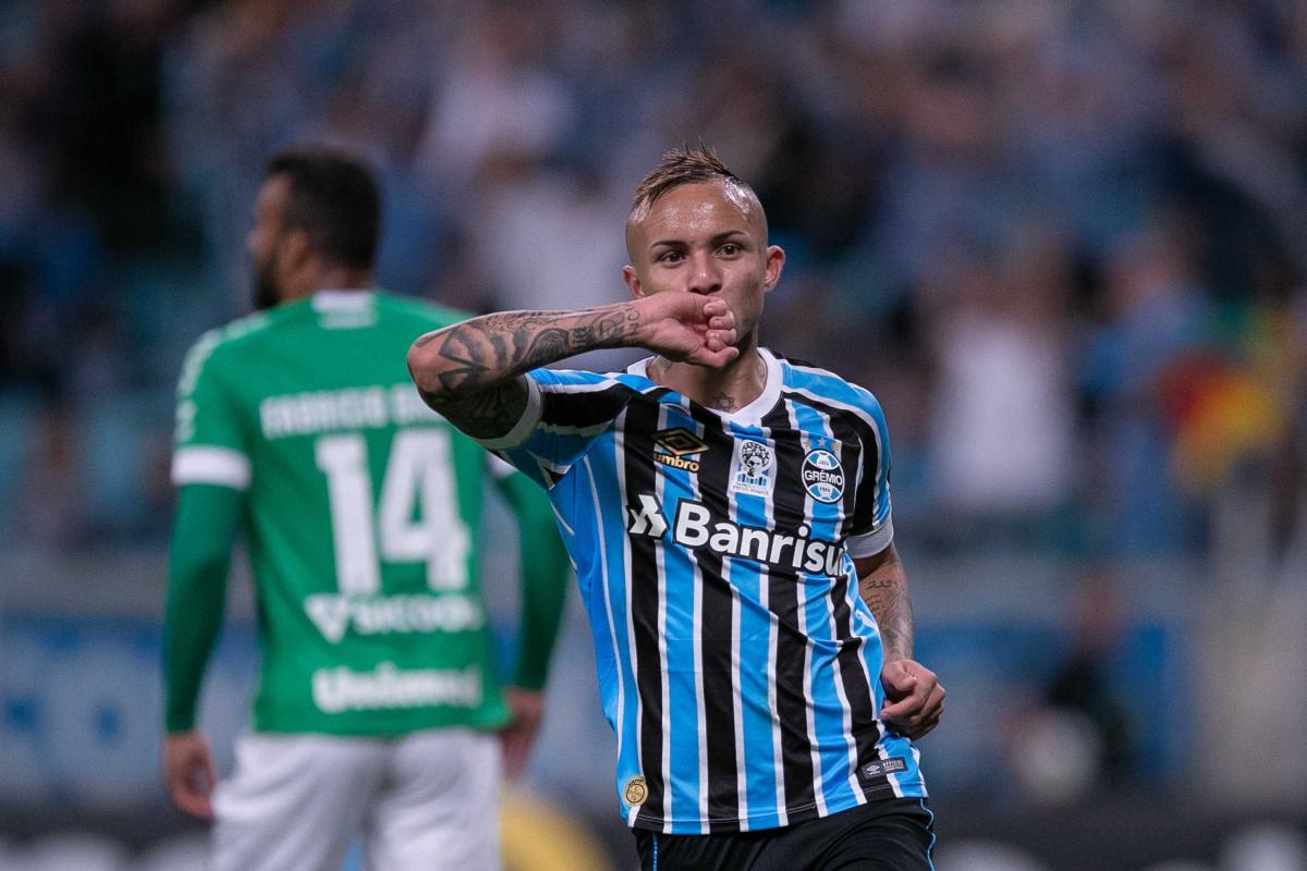 Everton comemora seu gol diante da Chape, em Porto Alegre - Liamara Polli/Agência O Dia/Estadão Conteúdo/ND