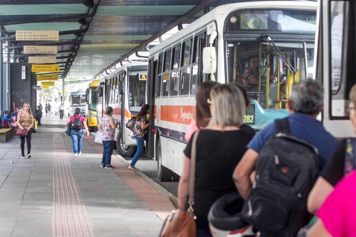 Transporte metropolitano atualmente obriga boa parte dos passageiros a entrarem na Ilha de Santa Catarina - Flávio Tin/ND