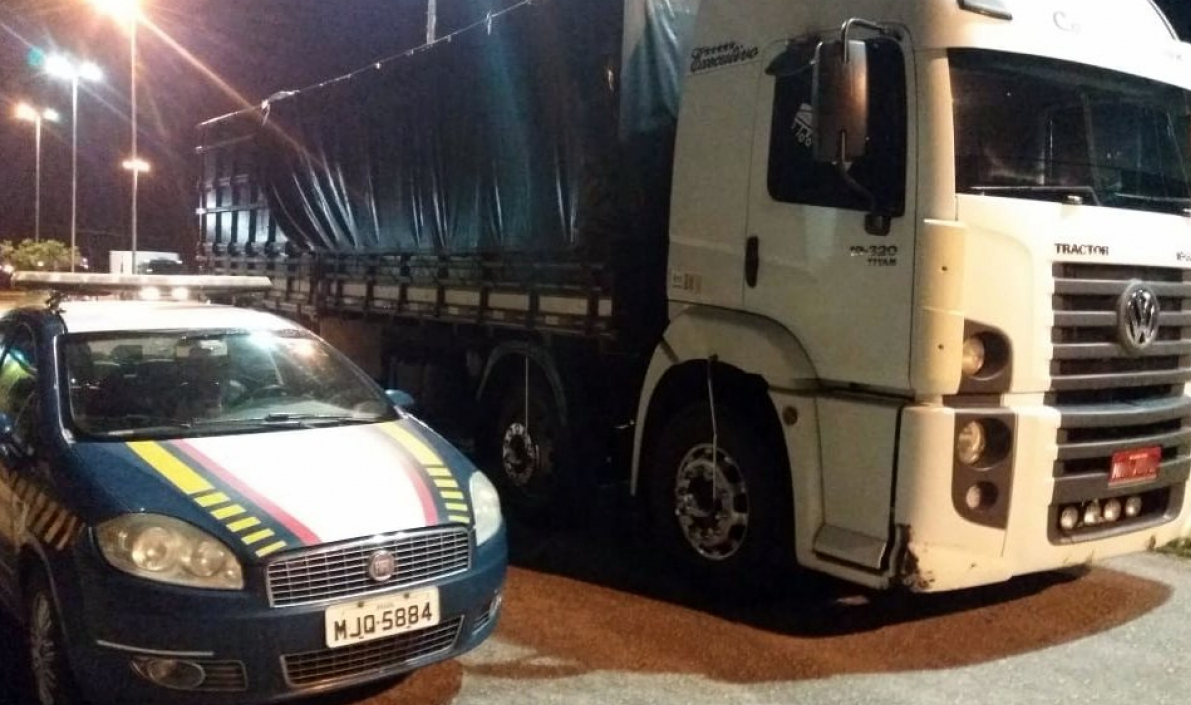 Caminhão foi abordado durante fiscalização de rotina na BR-101 - PRF/Divulgação/ND