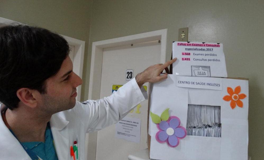 Henrique da Luz Daros mostra caixa exposta na recepção da unidade de saúde dos Ingleses para requisições de consultas e exames não retiradas pelos pacientes - Francelise Martini/Divulgação/ND