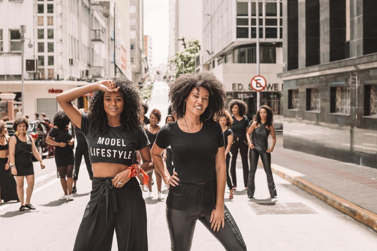 As irmãs Elisa (à esq.) e Rô Freitas focam na valorização da mulher negra das comunidades periféricas - Ana Machado/Divulgação/ND