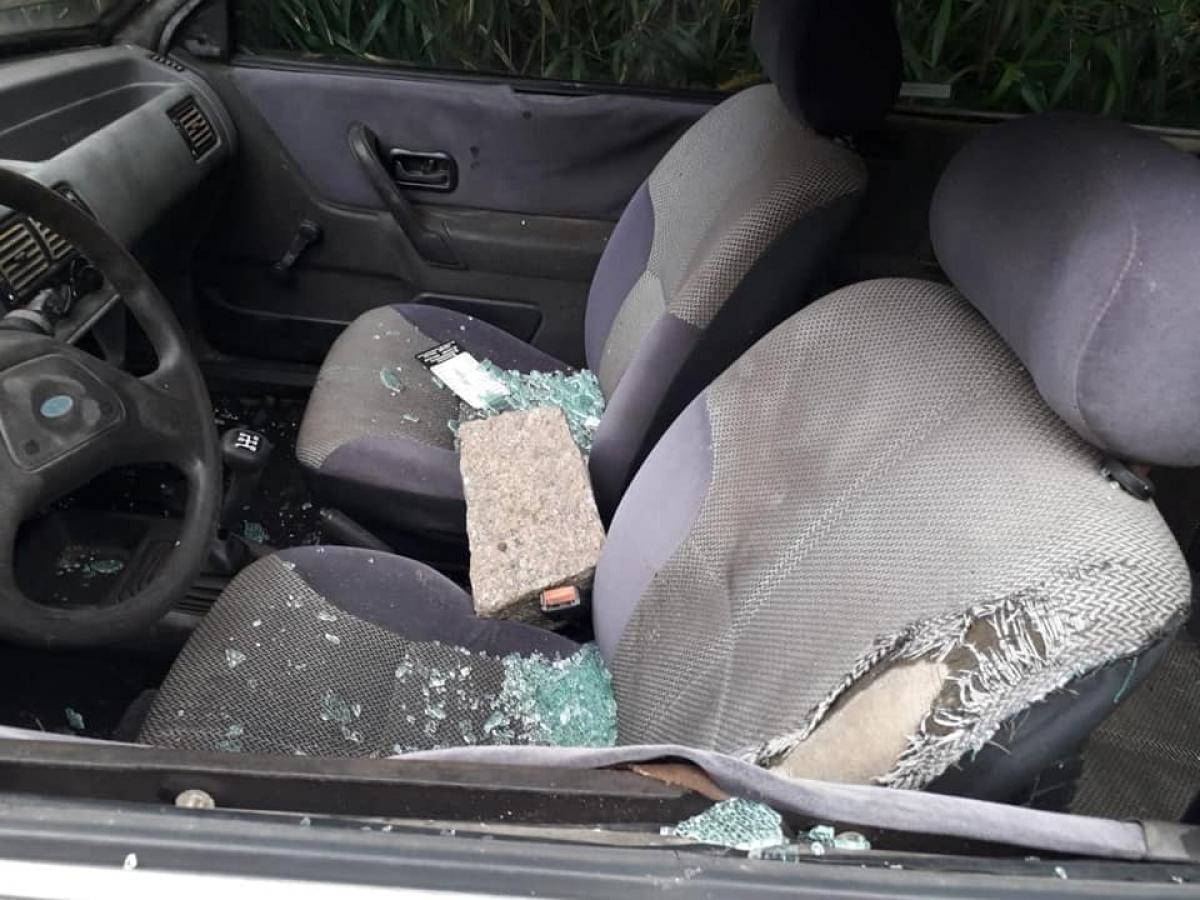 Carro de membro do templo foi atacado com pedra - Ylê de Xangô/Divulgação