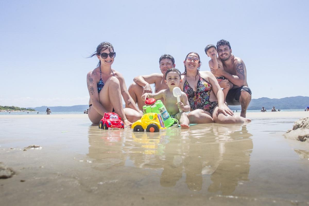 Sandym], Antonio, Jaqueline e Douglas com as crianças Antonio e Pietro na praia da Daniela - Marco Santiago/ND