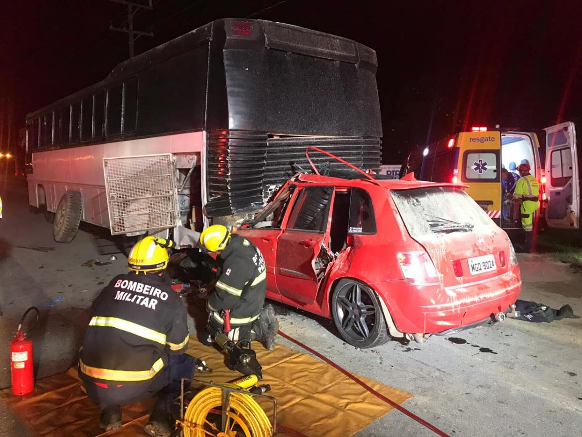 Carro bateu em ônibus parado na BR-101, em Palhoça - PRF/Divulgação/ND