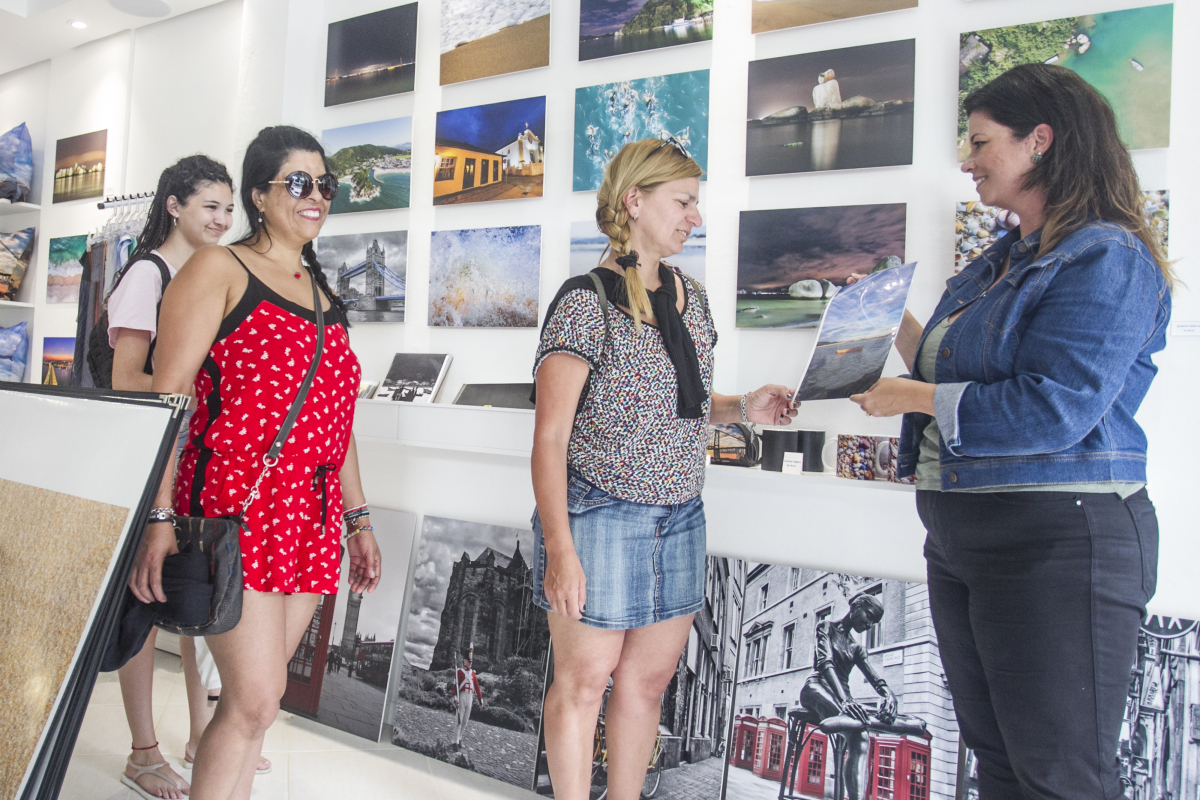 Vanessa Godoy atende turistas argentinas na Galeria Lucas Foletto - Foto: Marco Santiago/ND