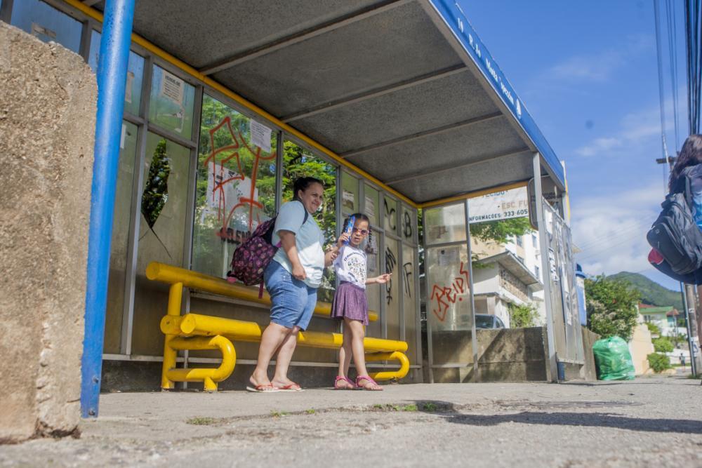 Daise Pereira aguarda o ônibus todos os dias em abrigo vandalizado no Saco dos Limões - Foto: Flávio Tin/ND