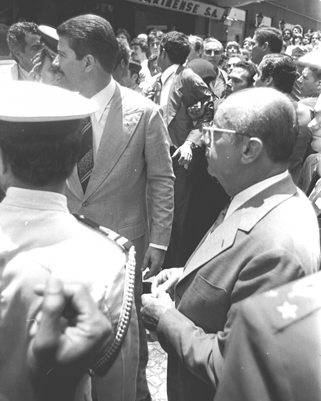 Figueiredo, em frente ao Ponto Chic: ele decidiu enfrentar a multidão, mas o protesto só aumentou - James Tavares
