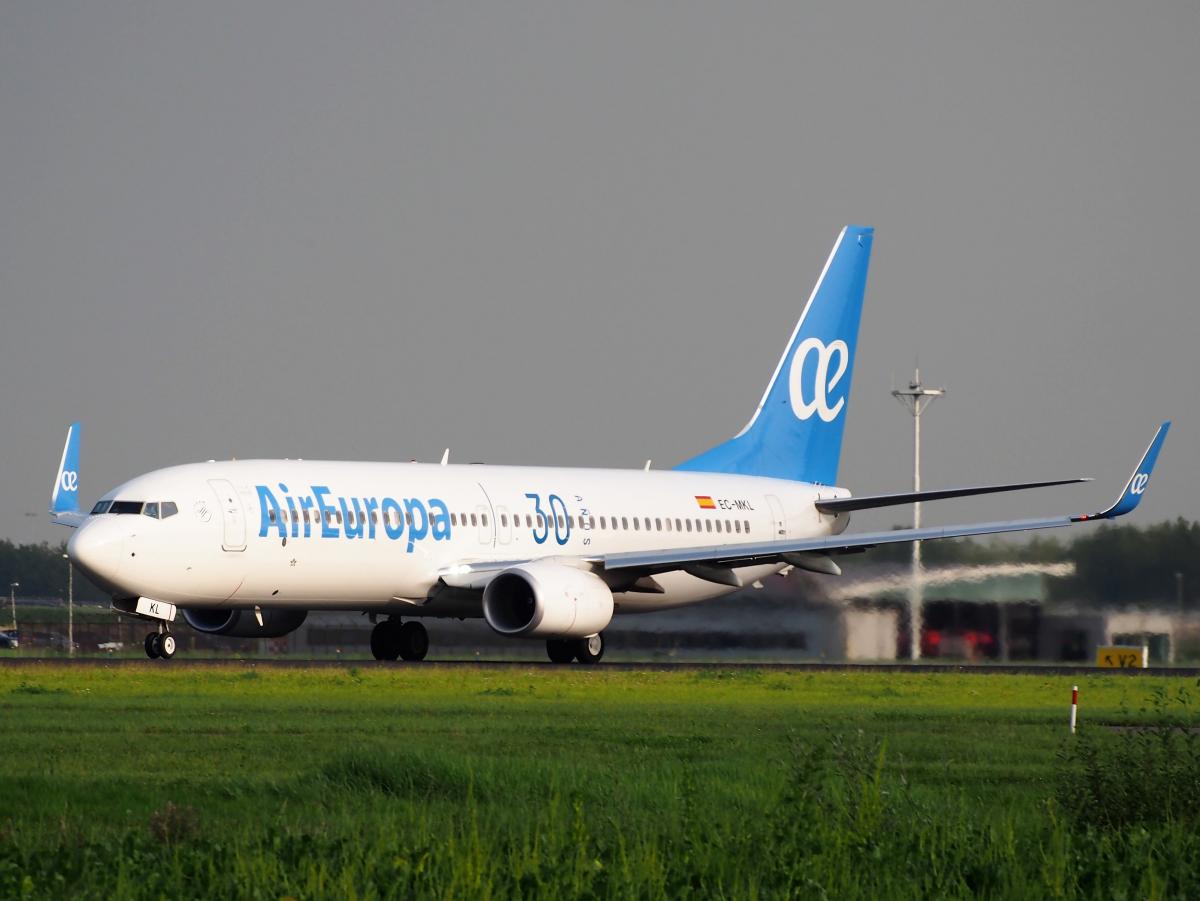 avião da companhia AirEuropa, que faz viagens internacionais, taxiando pela pista de um aeroporto