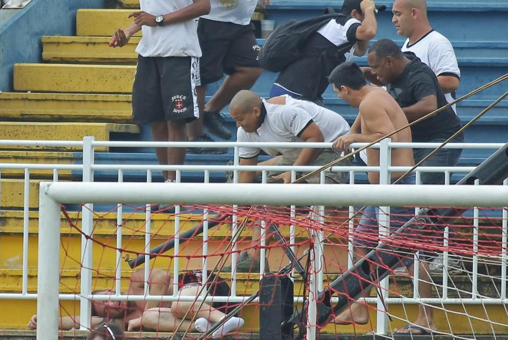 Leone Mendes da Silva, torcedor do Vasco, agride Estevam Vieira da Silva, na Arena Joinville, em 2013 - Heuler Andrey/AGIF/Folhapress