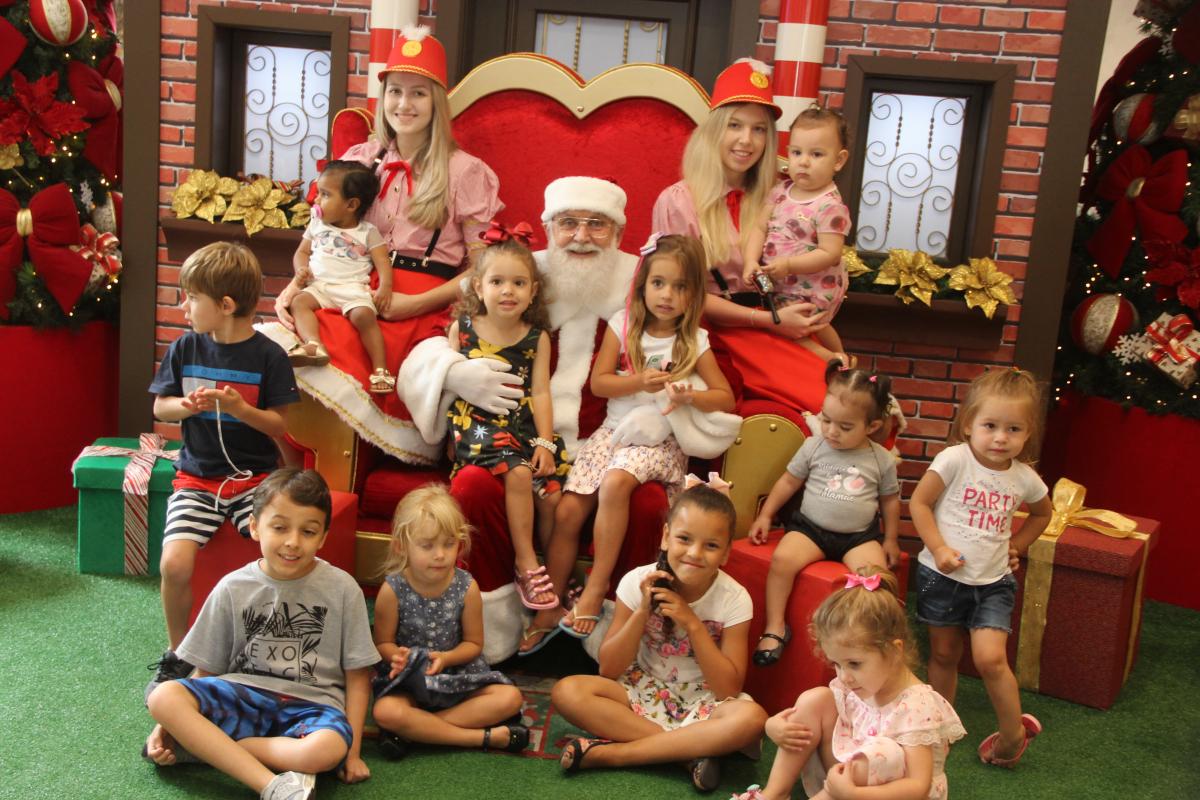 João Prim posa com as crianças no shopping - Daniel Pereira/Especial para o ND