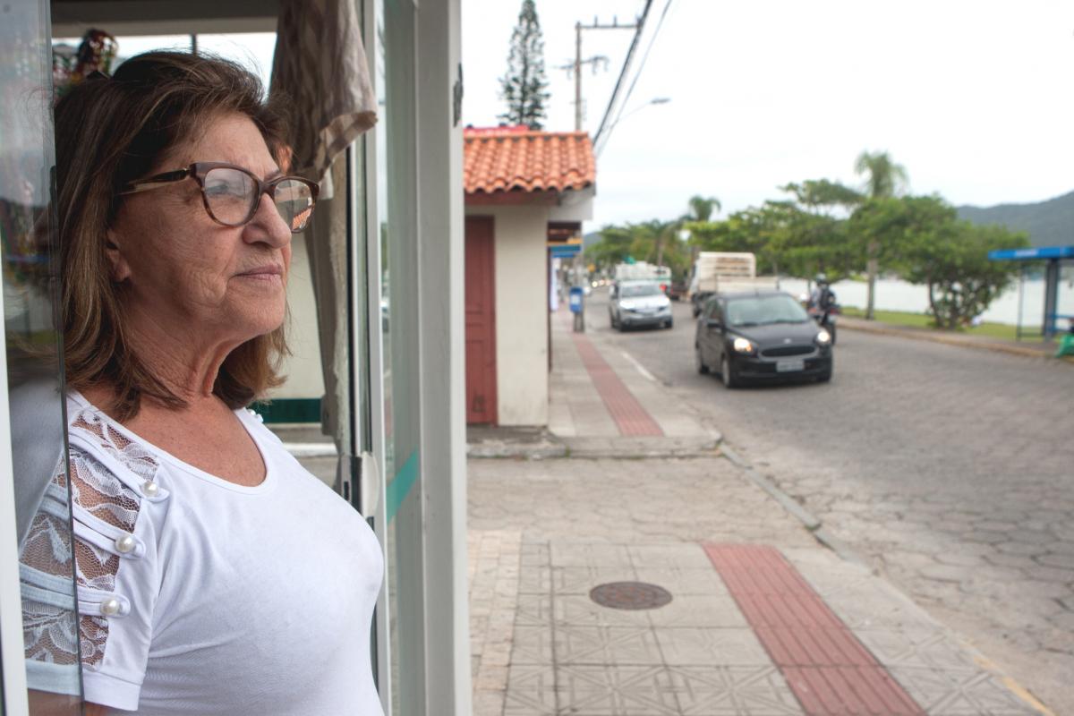 Silvia, dona de uma loja de artigos artesanais, está preocupada com a falta de movimento no comércio - Flávio Tin/ND