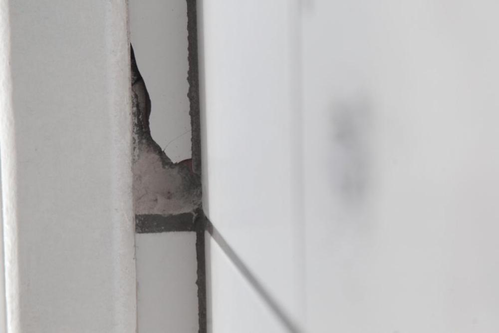 Disparo de arma de fogo atingiu parede do banheiro masculino do Ticen - Marco Santiago/ND