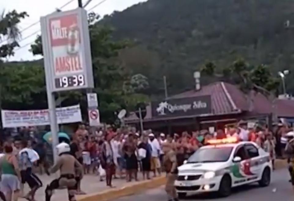 Confusão aconteceu no Centrinho da Barra da Lagoa na noite deste domingo - Reprodução/ RICTV Record