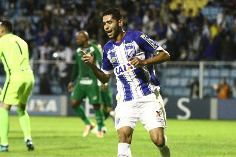Renato, de grande atuação, sai para comemorar seu 6º gol na Série B - Jamira Furlani/Avaí FC/divulgação