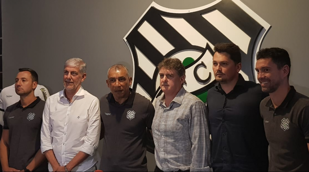Diogo, Murilo, técnico Hemerson Maria, Cláudio Honigman, Fernando Kleimmann e Fernandes em coletiva nesta quarta, no Scarpelli - Diogo Maçaneiro/ND