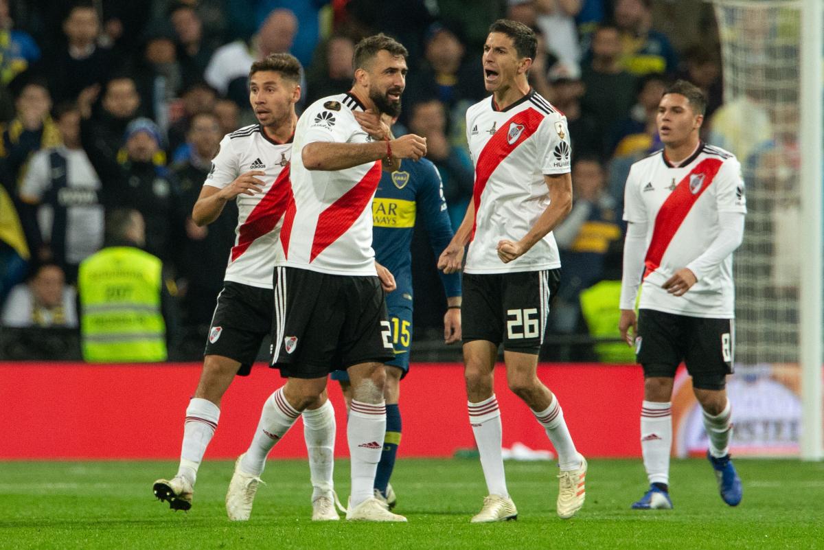 Lucas Pratto, do River Plate, comemora após marcar gol diante do Boca Juniors - RUBEN ALBARRáN/DIA ESPORTIVO/ESTADÃO CONTEÚDO