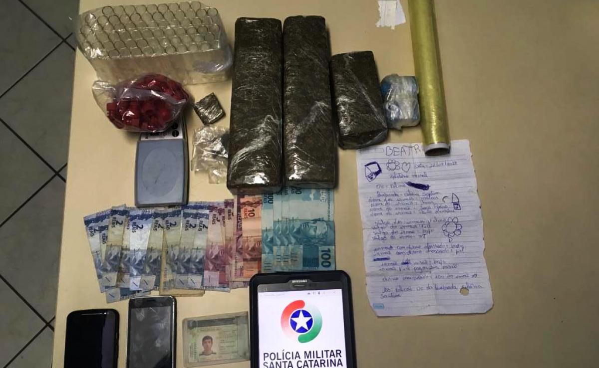 Enquanto um suspeito vendia a droga, outro guardava o entorpecente em sua loja; material apreendido foi encaminhado para a CPP - Polícia Militar/ Divulgação/ ND