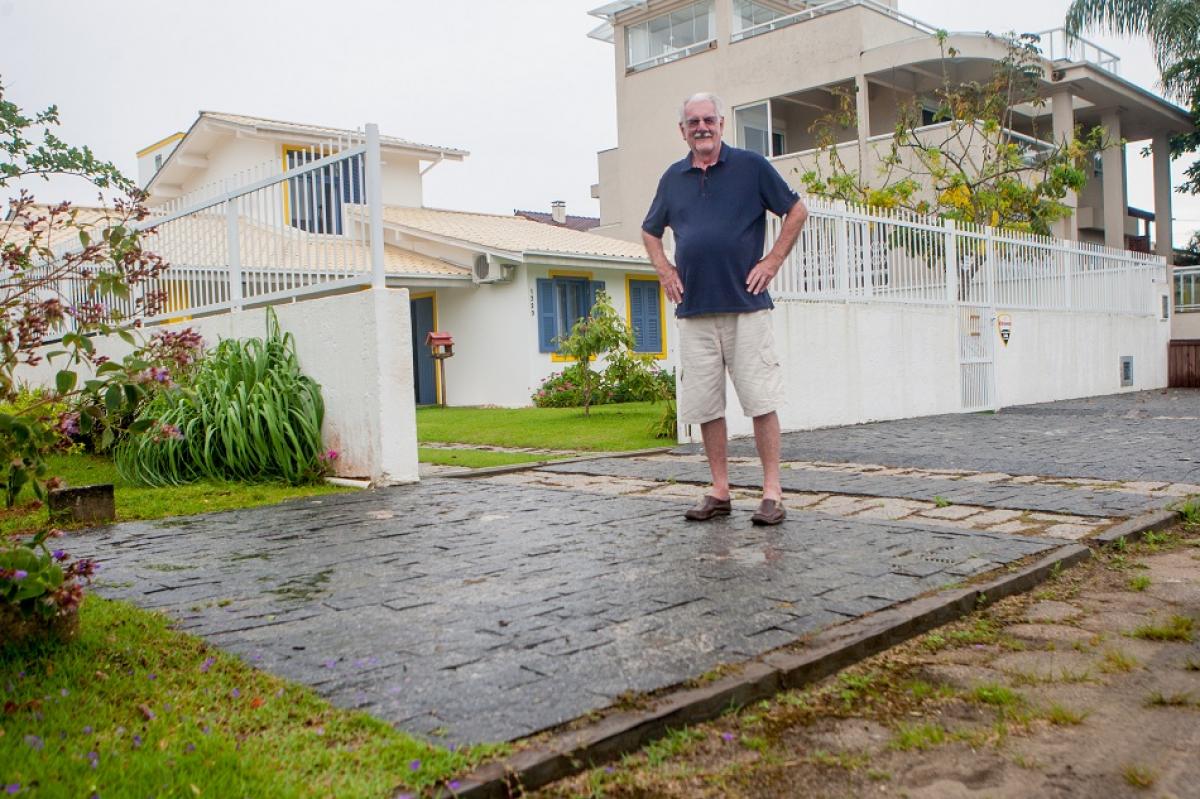 Pedro Boehme, na frente de casa, na Praia da Daniela - Flávio Tin/ND