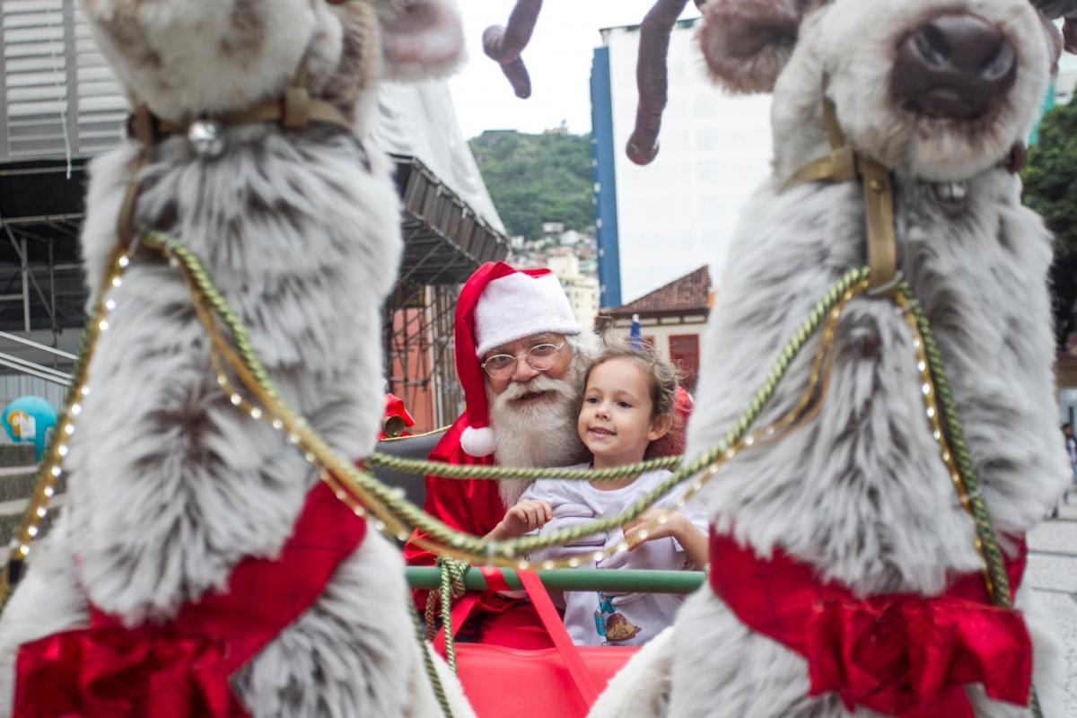 Joana Maria Paulo Cidreira não saiu de perto do trenó do Papai Noel - Marco Santiago/ND