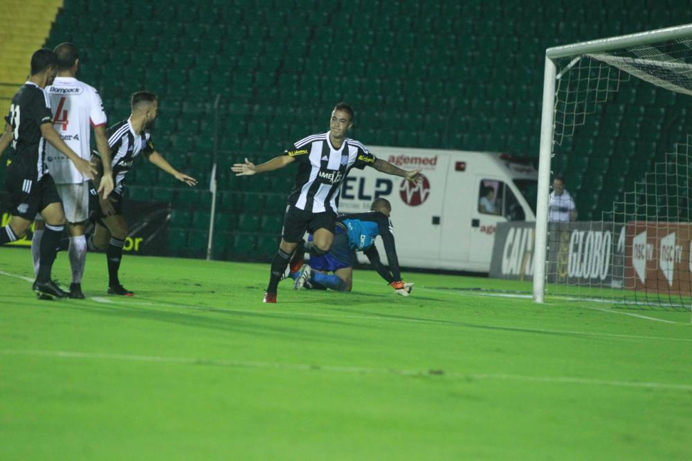 Romarinho sai para o abraço depois de fazer o gol que deu a vitória ao Figueira - Marco Santiago/ND