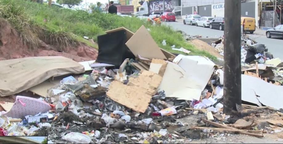Lixo no viaduto da Via Expressa - Reprodução/RICTV/ND