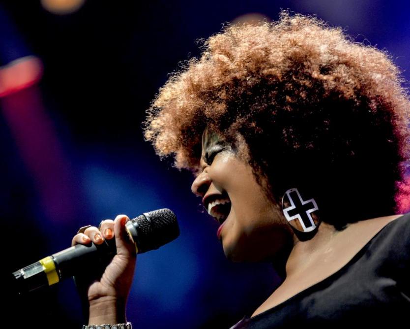 A cantora Juliana D Passos faz apresentação em conjunto com Luiz Sebastião e Mestre Dôga - Luiza Filippo