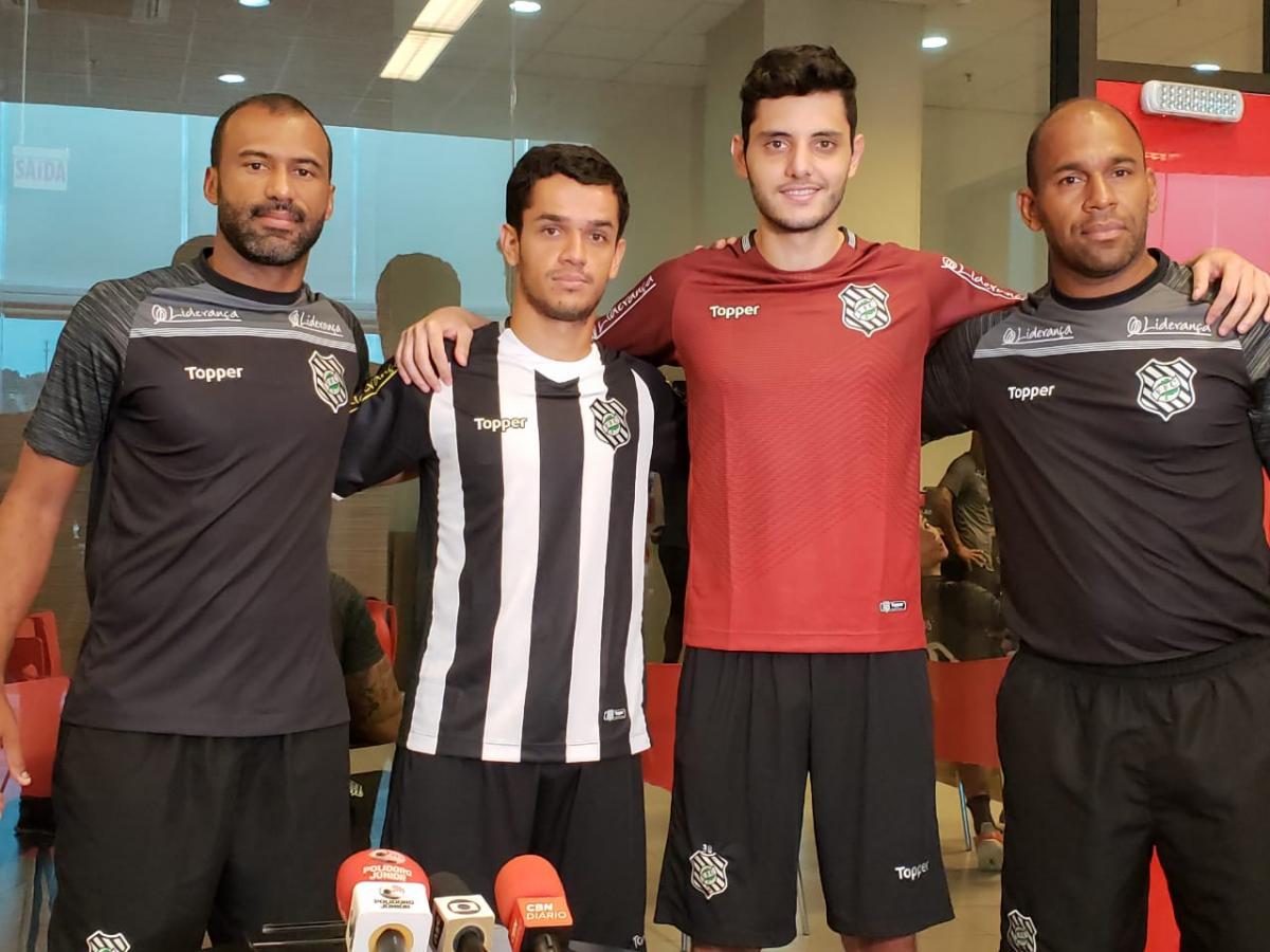 Auxiliar técnico Emerson Nunes (à esq.) e o preparador de goleiros Joseval Vieira da Silva entregaram a camisa do Figueirense para Matheus Vidotto e Alípio, reforços para a temporada de 2019 - John Léo/Rádio Figueira/FFC