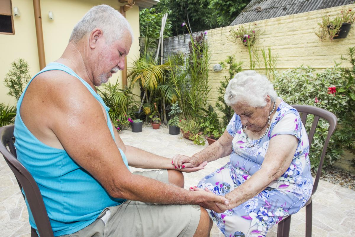 Dona Ondina, do Ribeirão da Ilha, benze Volnei Pinho para curar um mau jeito no pé - Marco Santiago/ND