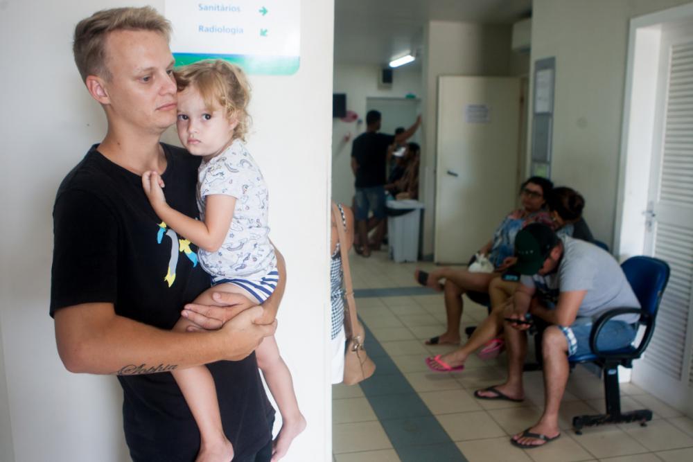 Claudiomiro com a filha pequena Sophia, abatida, antes do atendimento. - Foto: Flávio Tin/ND