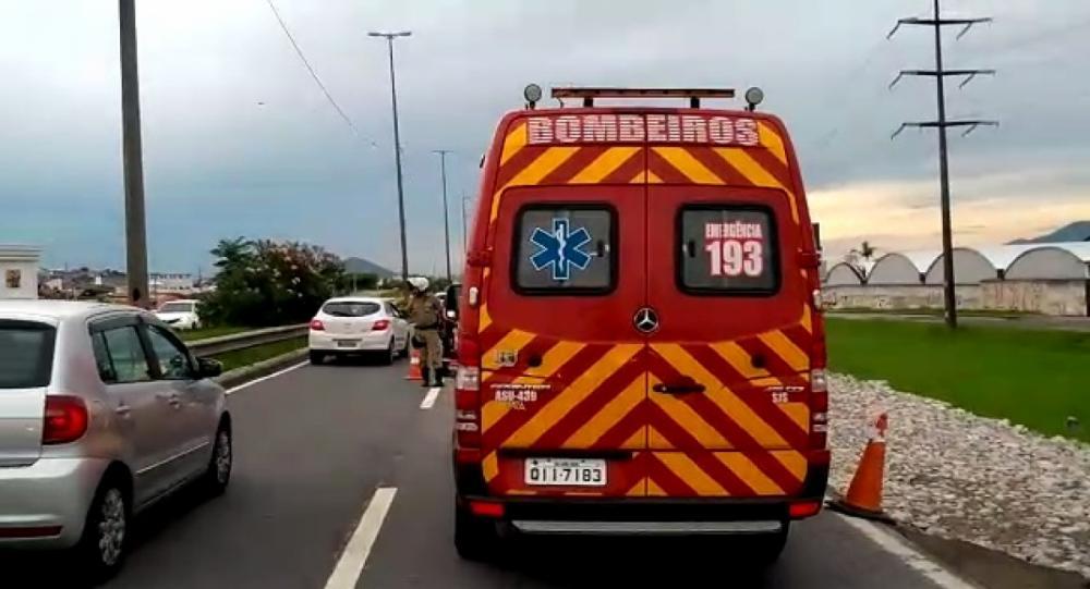 Os bombeiros chegaram a ser acionados, mas o motociclista morreu no local do acidente - Dilnei Pacheco/RICTV/ND
