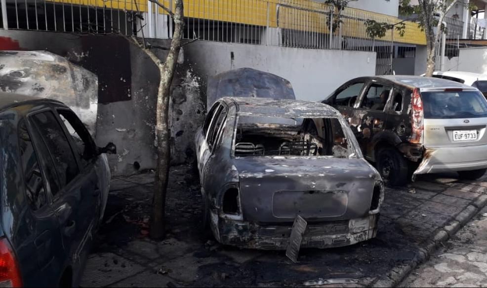 Carros ficaram danificados após incêndio criminoso - Divulgação/ND